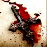 De dochter, met een crucifix, in het appartement