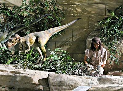 Spelend kind met dinosauriër